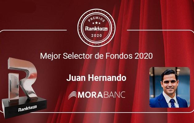"""Juan Hernando, responsable de Selecció de Fons de MoraBanc, rep el premi al """"Selector de l'Any"""""""